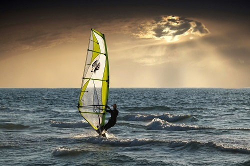 The spectacular differences between windsurfing and kitesurfing